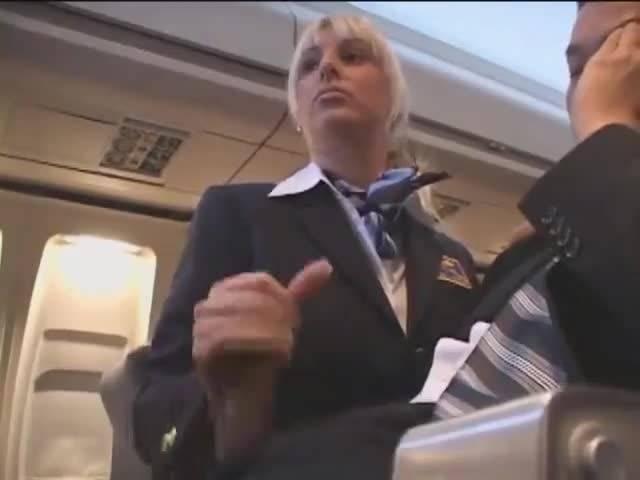 стюардесса дрочит пассажиру руками - 9